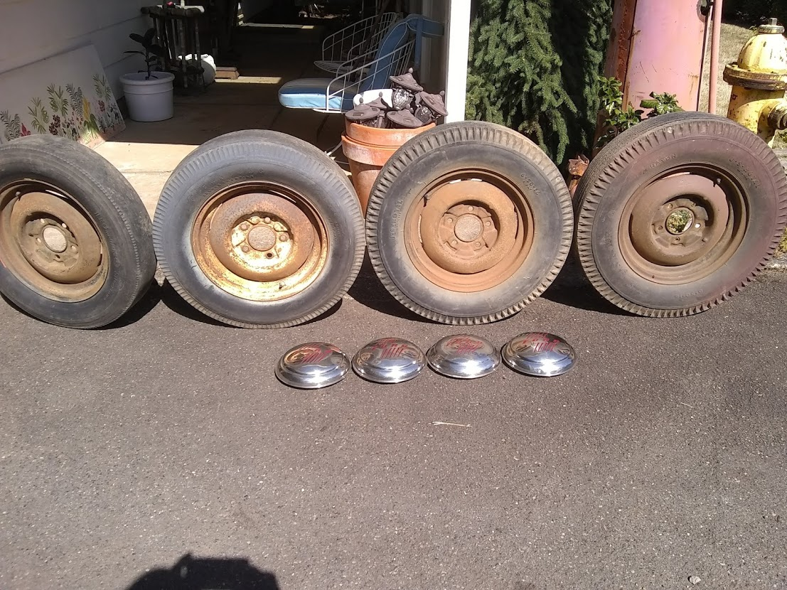 0 1946 Ford wheels & hubcaps 01.jpg