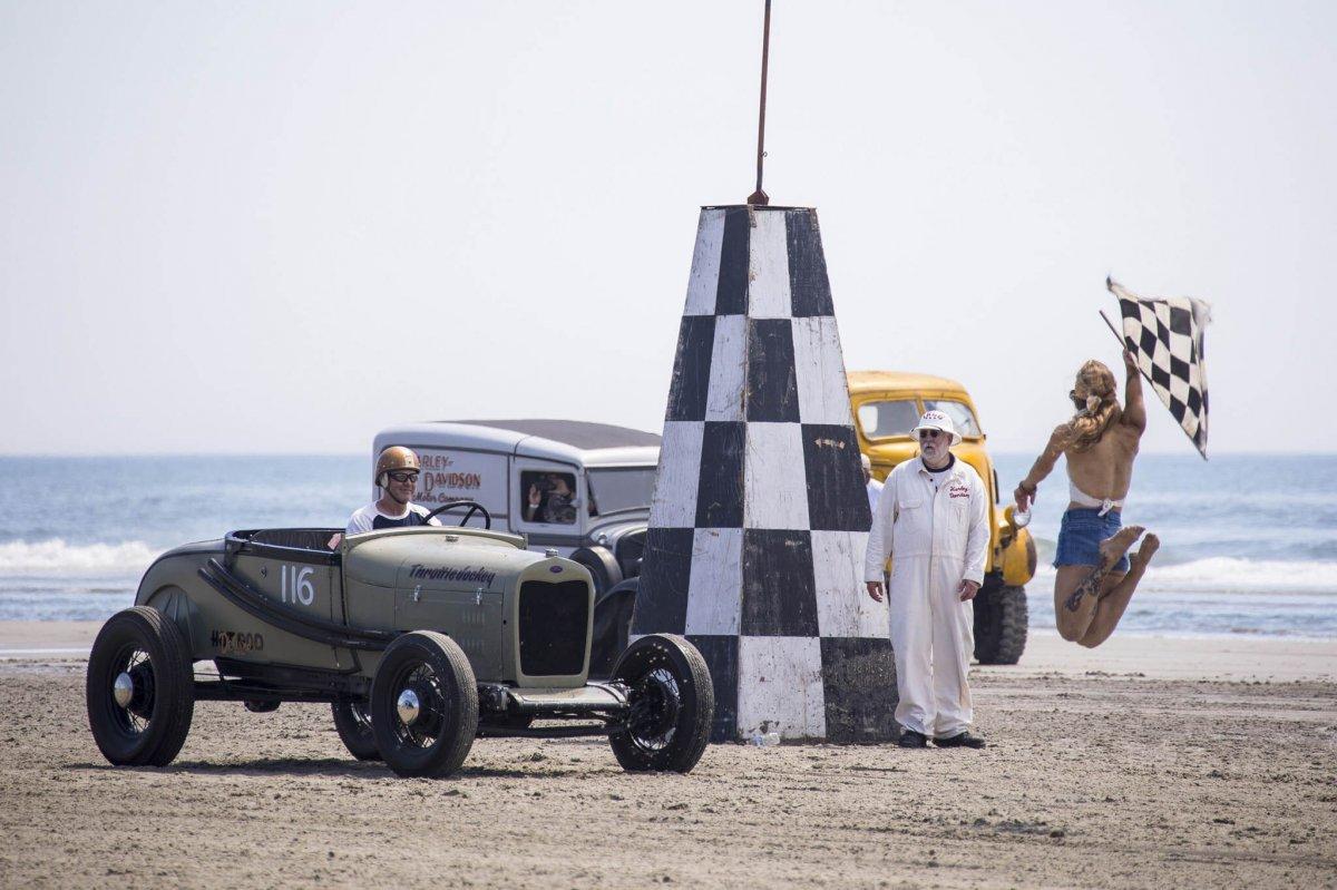 001-racing-roadster-finale-trog-flag-start.jpg