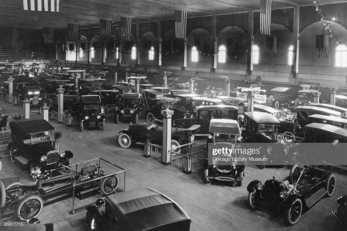 133 1925 An auto show in Chicago's North Side.jpg