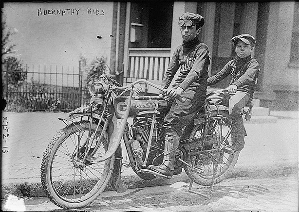 164 Abernathy brothers, age six and nine.The photo was taken in 1910  in New York.jpg