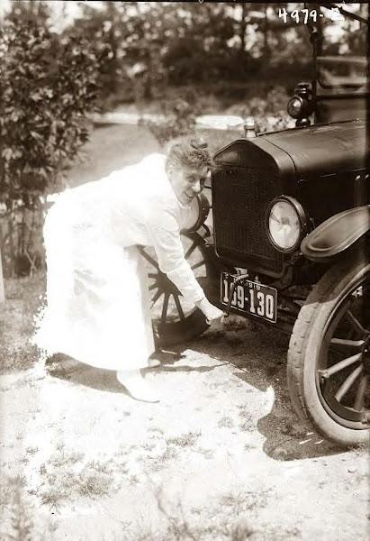 18 Jones, Ada crank starting her Model T Ford, 1919.JPG