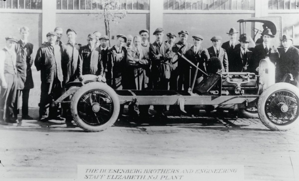 1919-Duesenberg-early-chassis-and-entire-crew.jpg