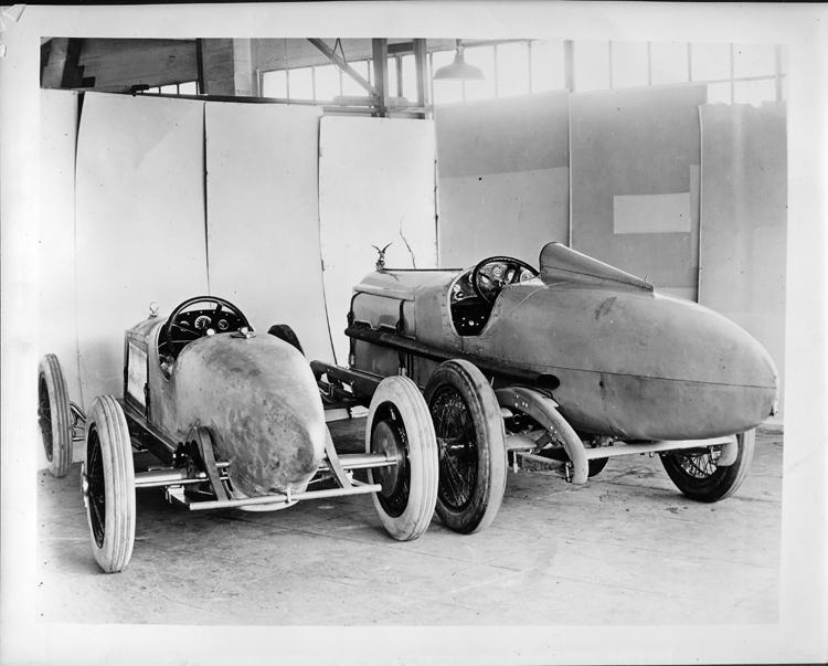 1923_Packard_race_car_with_1919_Packard_race_car,_three-quarter_rear_view.jpg
