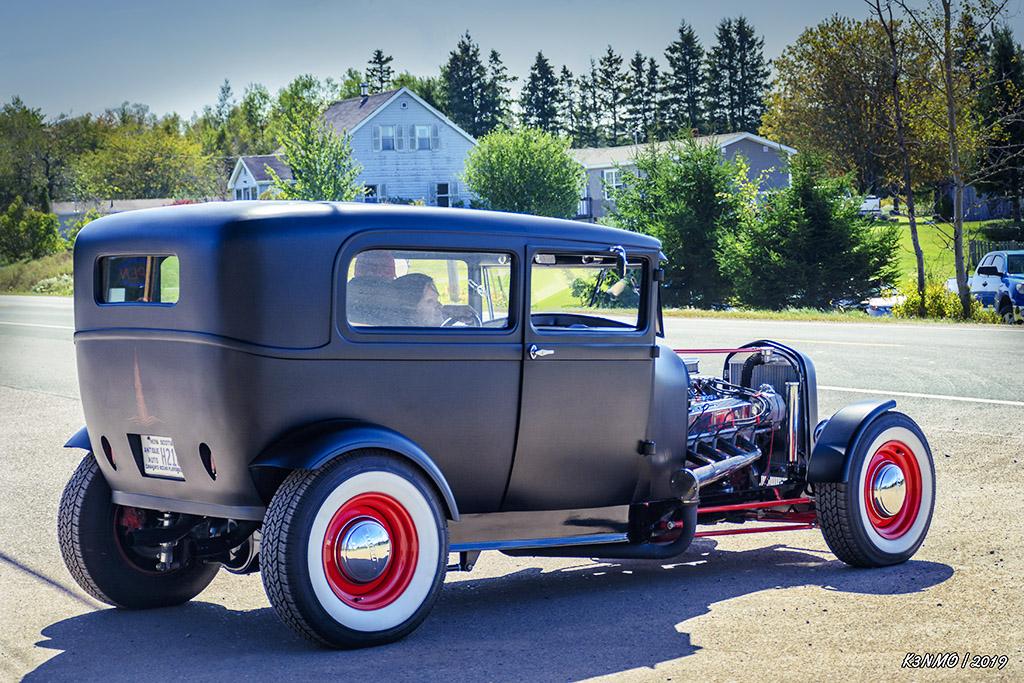 1929 Ford Model A sedan hot rod leaving 02 {Hilden 2019}=KRM02.jpg