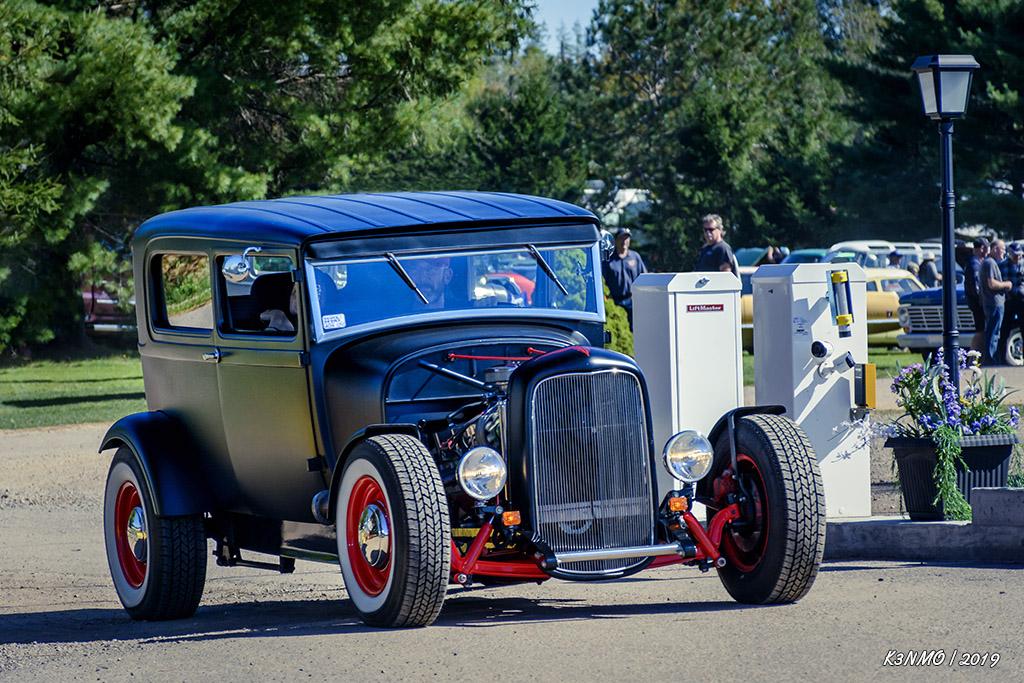 1929 Ford Model A sedan hot rod leaving {Hilden 2019}=KRM02.jpg