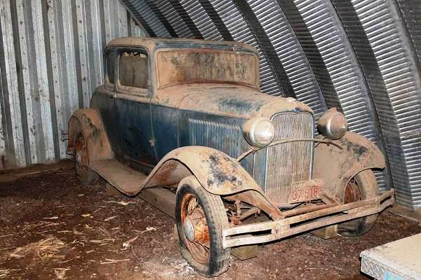 1932-Ford-Standard-Coupe-in-barn.jpg