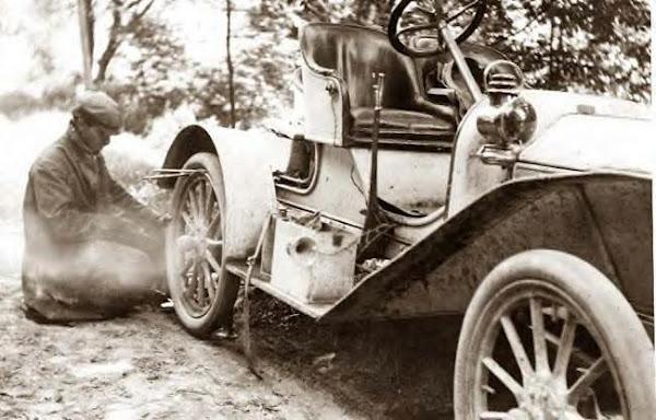 83 Fixing flat tire on Buick, Liberty, NY_, 1909.JPG