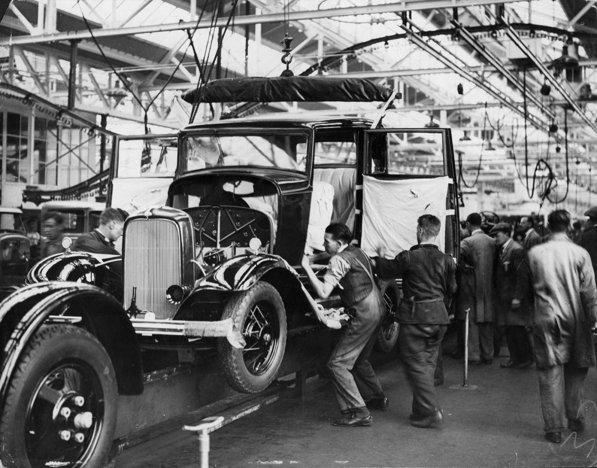 history images from the 1932 ford assembly line the h a m b. Black Bedroom Furniture Sets. Home Design Ideas