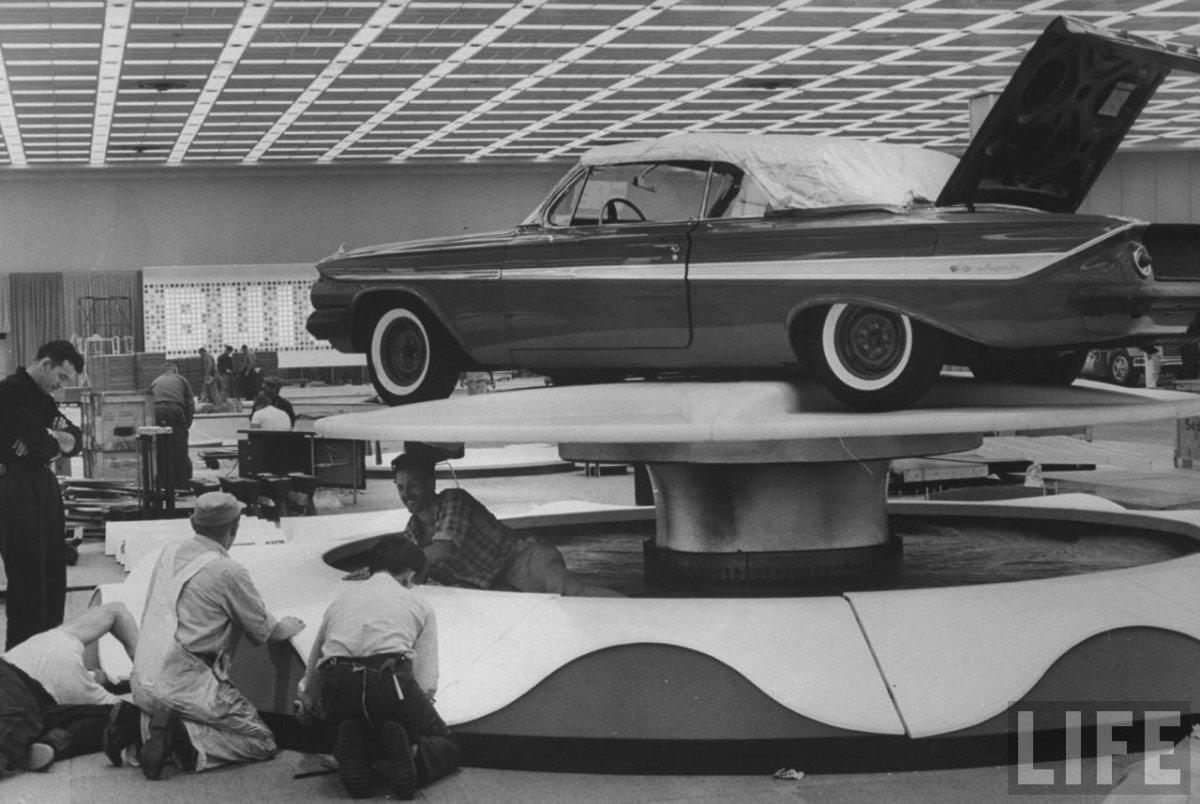 9a 1961-Impala-at-Natnn-auto-show-LIFE.jpg