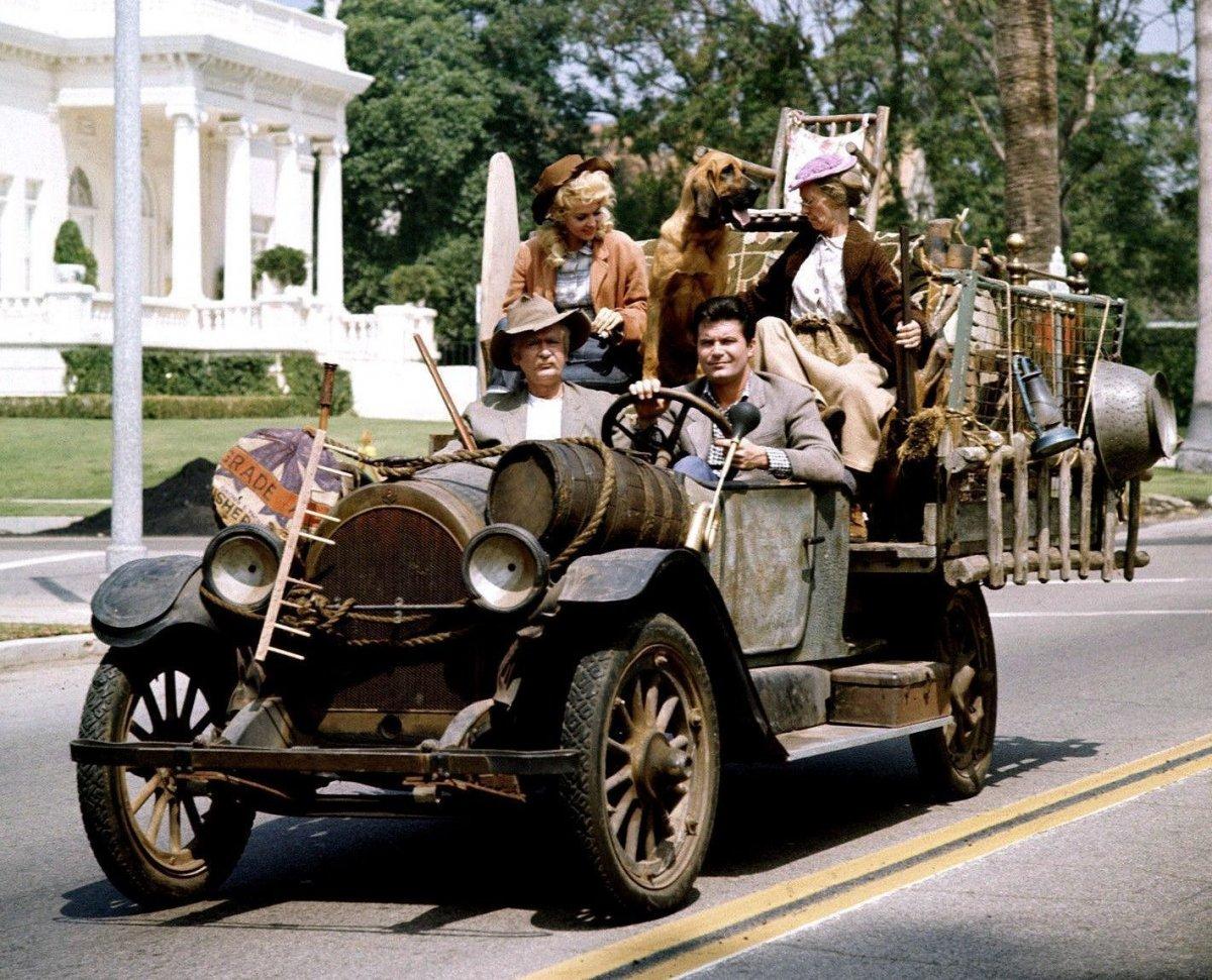Beverly-Hillbillies-Family-in-the-car.jpg