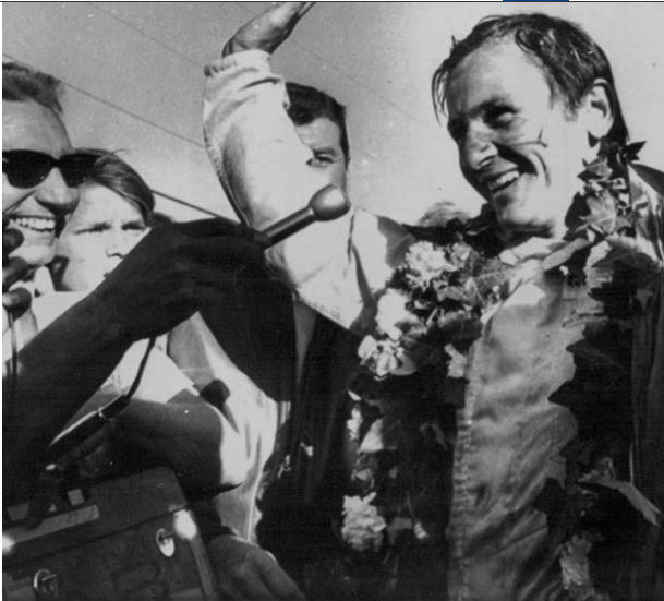 Bruce McLaren after winning the Los Angeles GP at 22 yrs in 1959.PNG