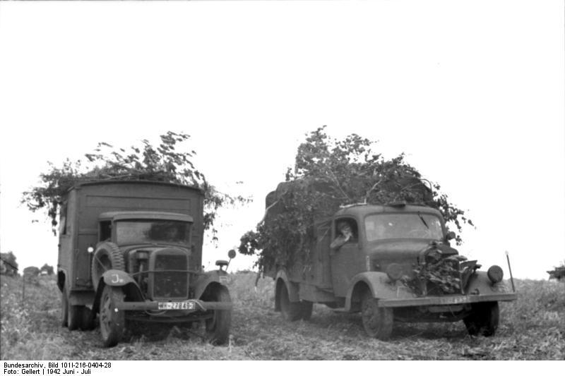 Bundesarchiv_Bild_101I-216-0404-28,_Russland-Mitte-Nord,_getarnte_LKW.jpg
