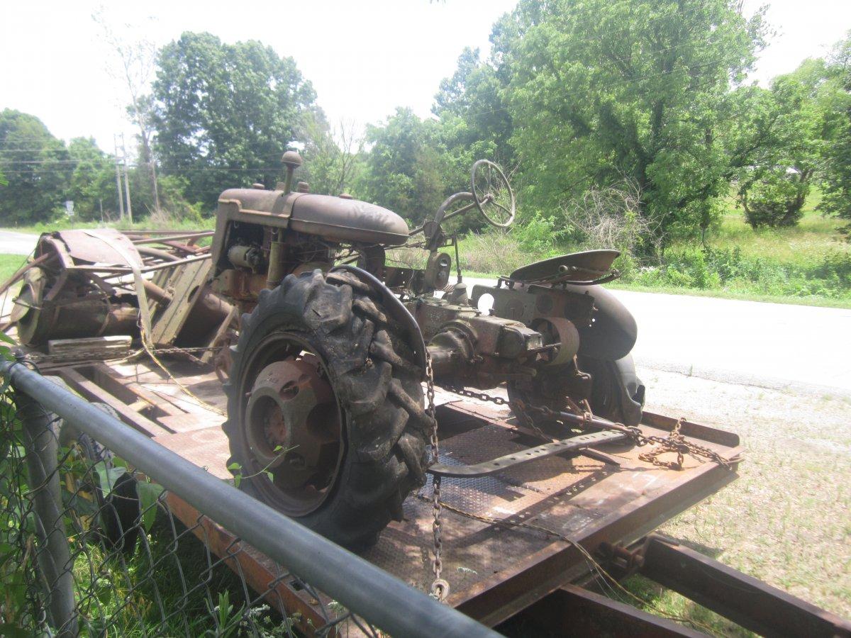 dead tractor 001.JPG