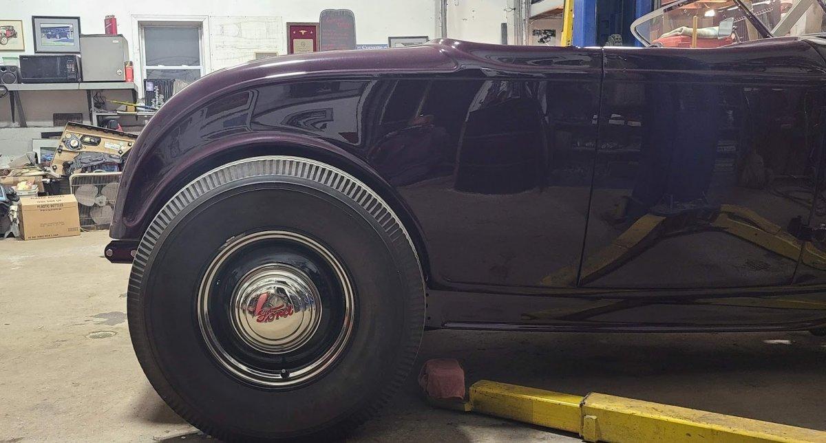 Deuce Rdstr rear tire to body fit.jpg