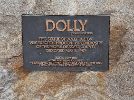 dolly-parton-statue.jpg