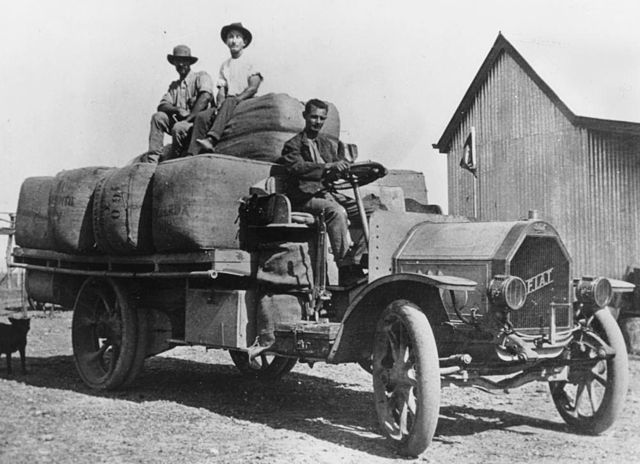 Early_Fiat_truck_loaded_with_wool_bales,_south_of_Winton,_Queensland,_ca.1915.jpg