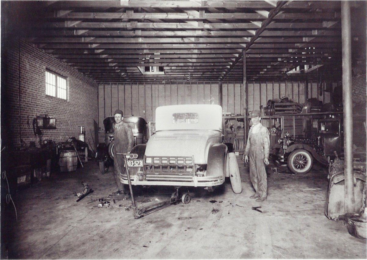 Frank King in garage 1927-1.jpg