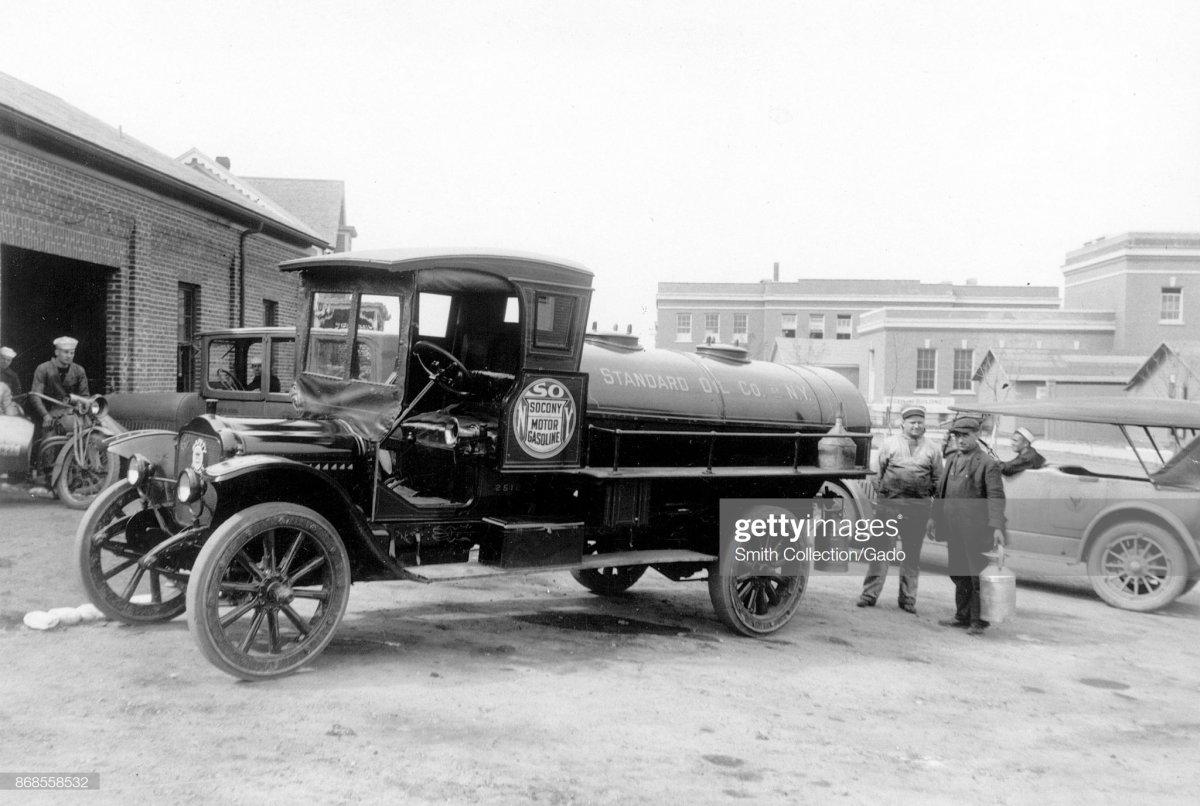 gas3 Newport, Rhode Island, 1920..jpg