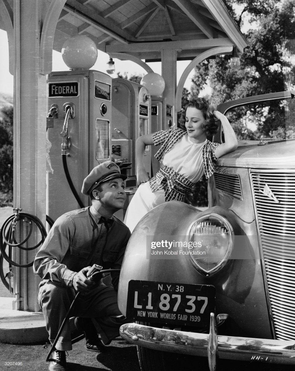 gas8 1939 actress Olivia de Havilland.jpg