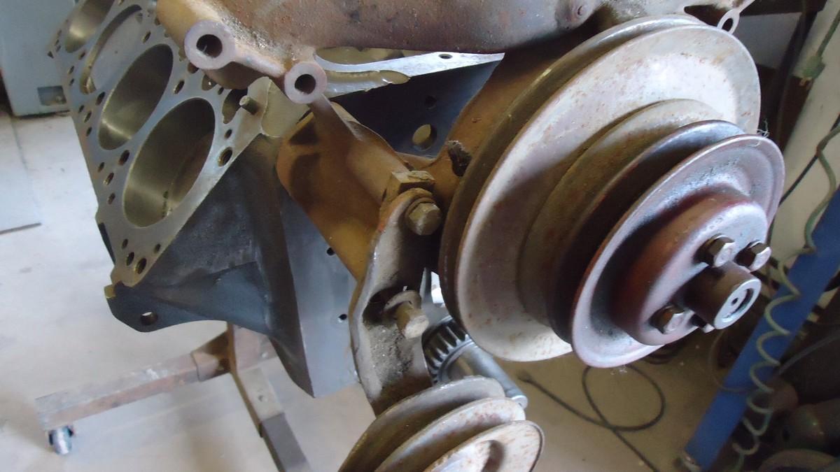 HEMI engine w water pump_2.JPG