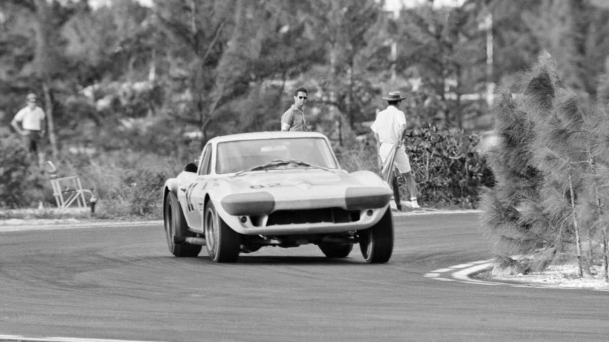 hot Roger Penske, Corvette Grand Sport, Nassau Speed Week, 1964.jpg