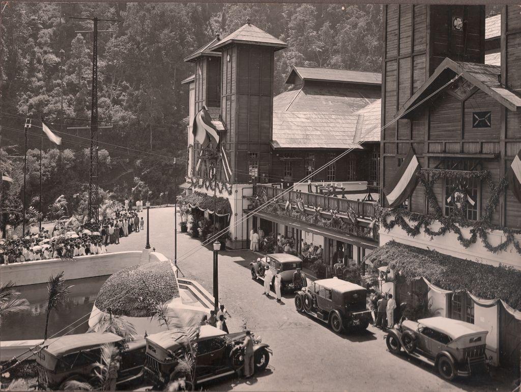 Landvoogd_bij_de_openstelling_voor_publiek_verkeer_op_5_mei_1923_Radio_Malabar.jpg