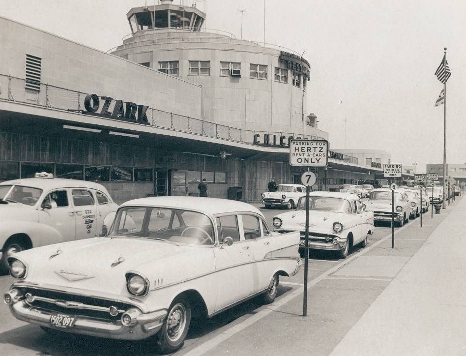 photo-chicago-midway-airport-front-of-terminal-taxi-car-rentals-parked-1957.jpg