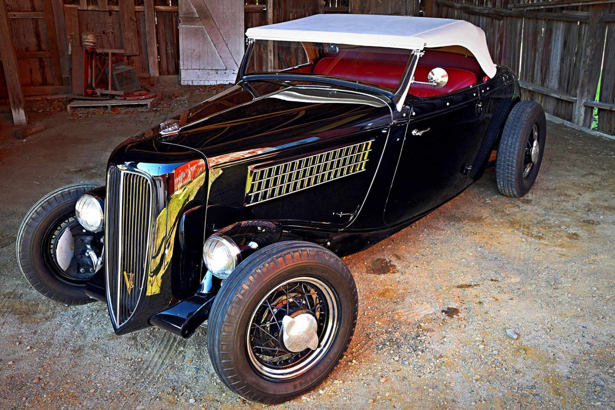 picaro-the-fly-1934-ford-roadster-front-high-in-barn-top-up.jpg