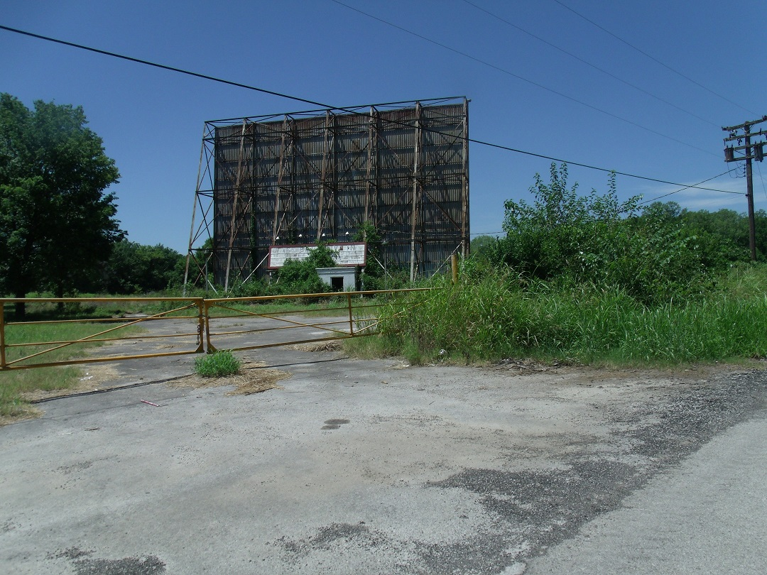 rt 66 day 2 102 abandoned drive in.jpg