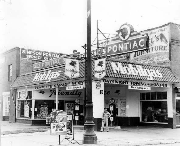 Simpson Pontiac Dealership in Wyandotte, 1940s.jpg
