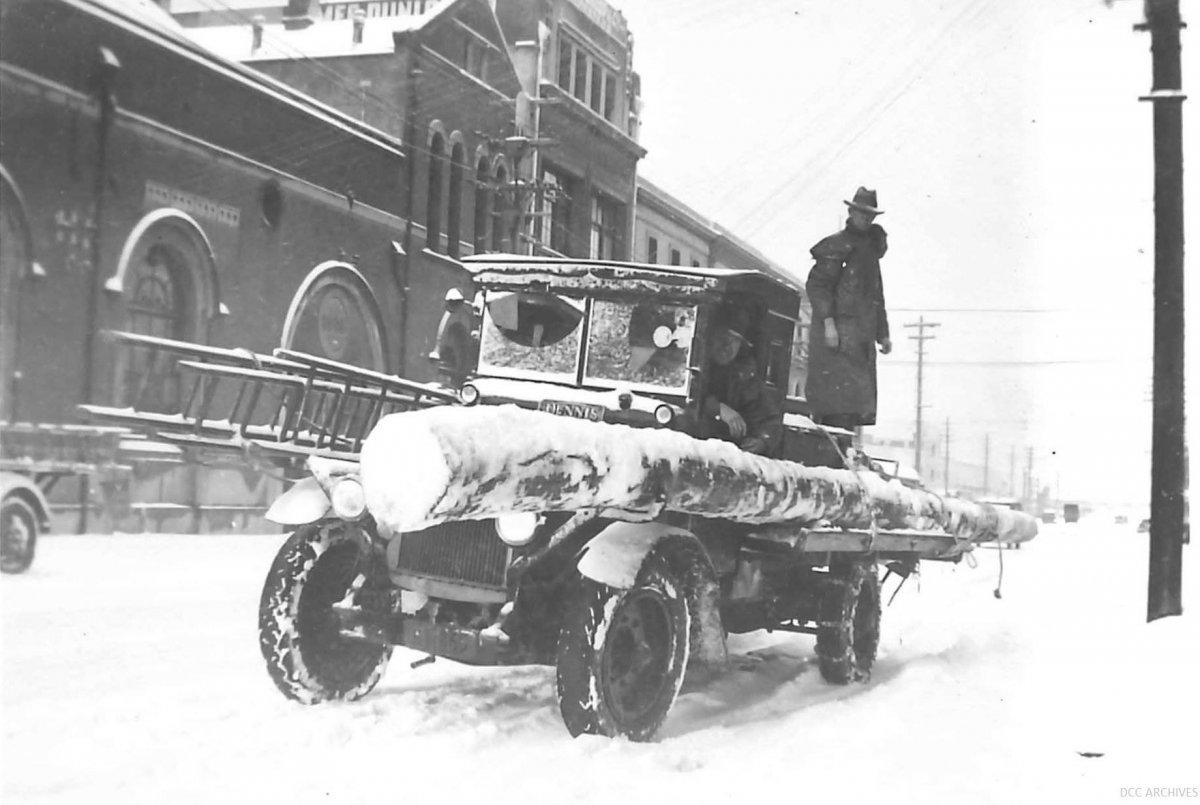 Snow in Dunedin 1939 Dennis truck.jpg