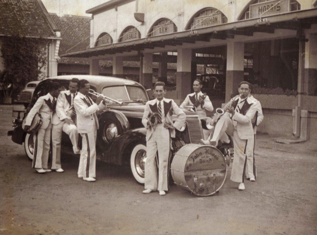 studebaker 1937 john kiliaan band studebaker dealer bouman malang surubaya  indonesia 0215.jpg