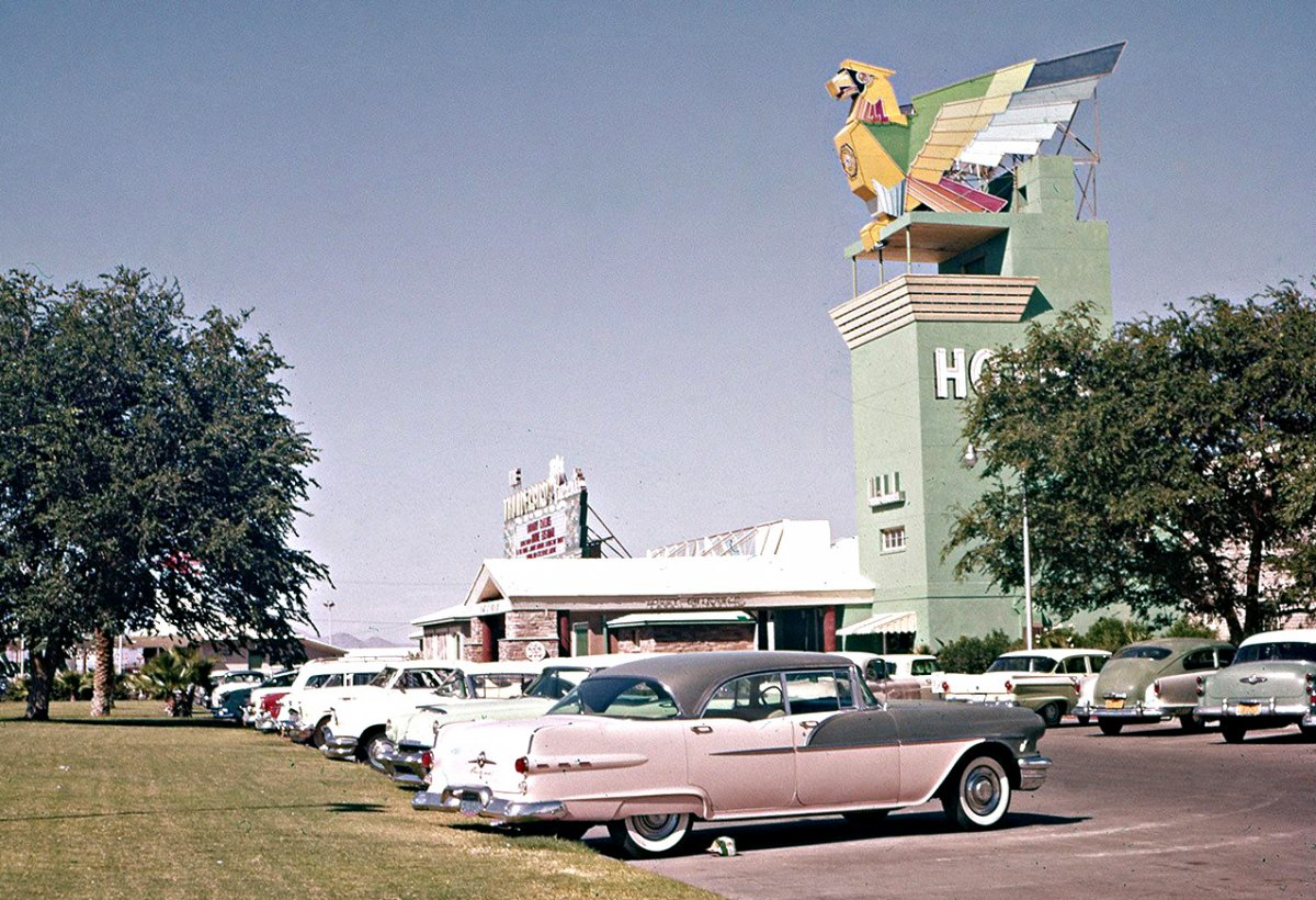 Thunderbird-Hotel-and-Casino-Las-Vegas-and-1940s-and-50s-Vintage-Cars.jpg