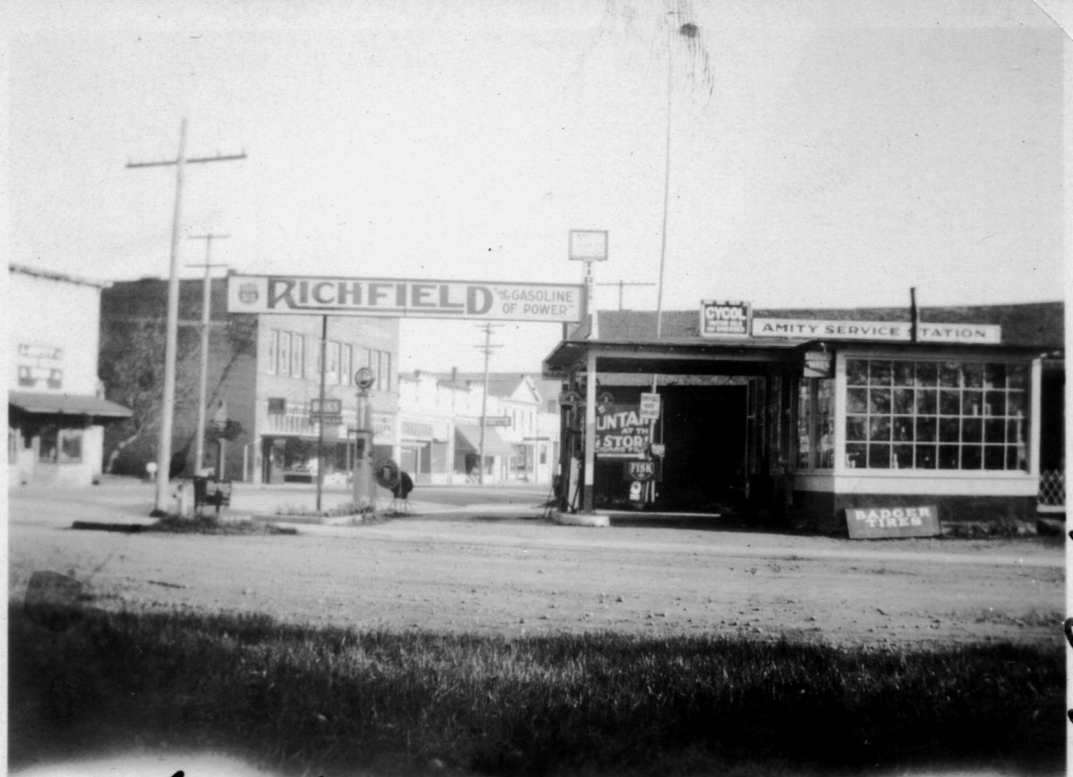 Walt Dickey\'s Service Station.jpg