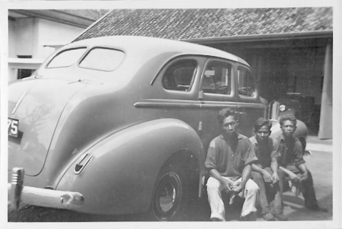 Werknemers voor het autobedrijf Verkerk en Company in Batavia circa 1939 Nederlandsch-Indie.jpg