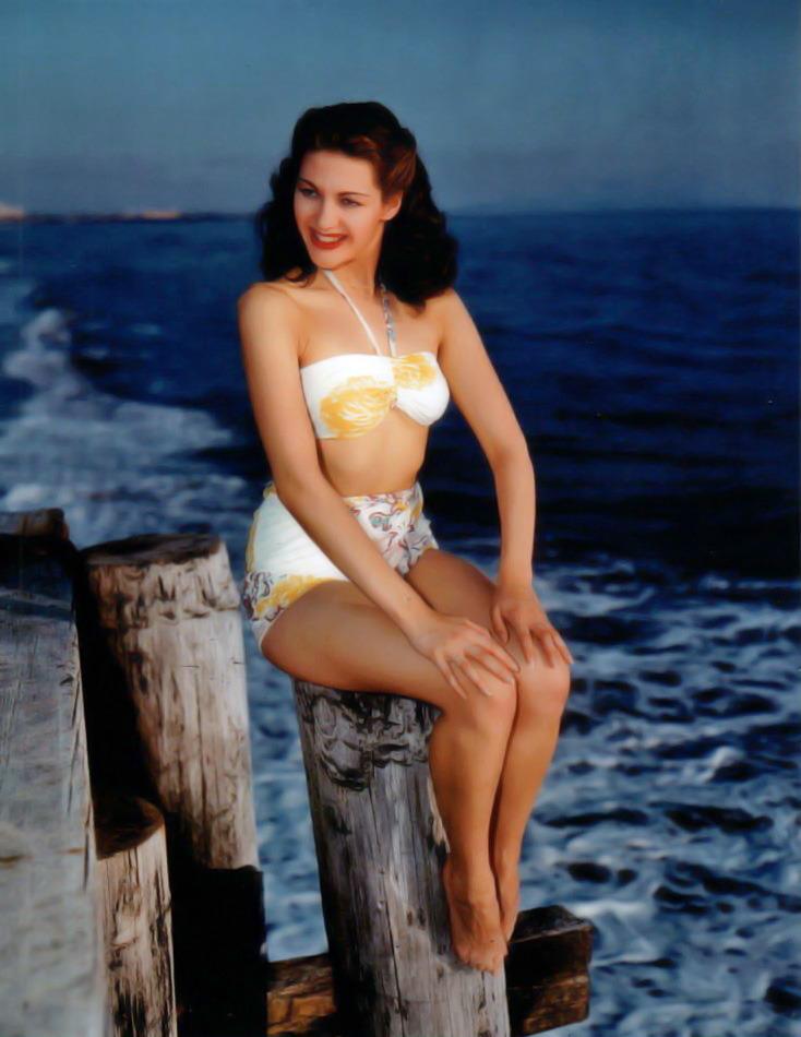 Yvonne De Carlo B.jpg